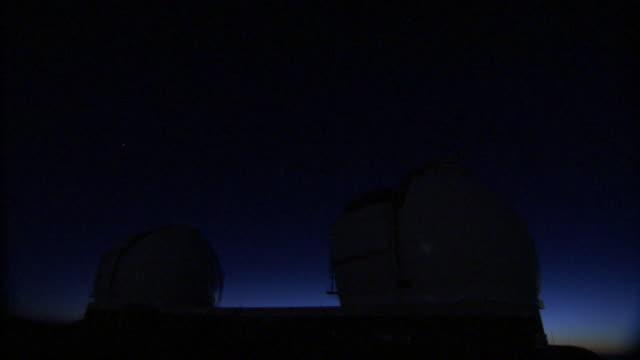 vídeos de stock, filmes e b-roll de light dims over the mauna kea observatory dome. - espaço e astronomia