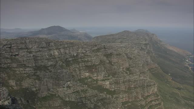 a light haze hangs over table mountain. - tafelberg felsformation stock-videos und b-roll-filmmaterial