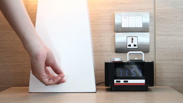 vídeos de stock e filmes b-roll de a luz do botão muda-desligar - lâmpada elétrica