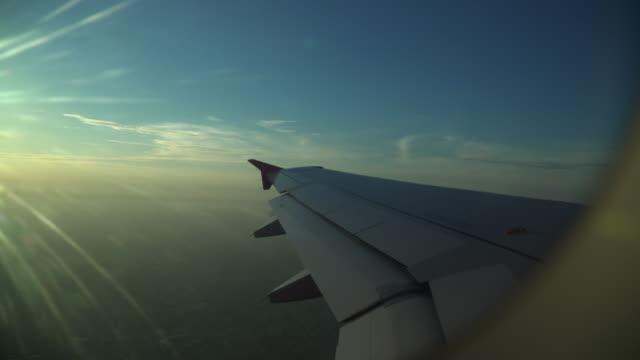 vídeos de stock, filmes e b-roll de asa do avião do escape claro de um indicador do avião - usa