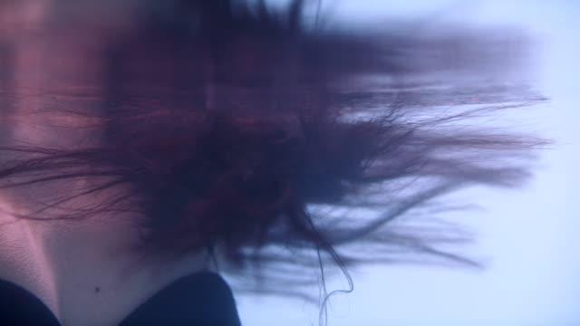 vidéos et rushes de lumière se déplaçant sur les cheveux foncés brillants sous l'eau - brown hair
