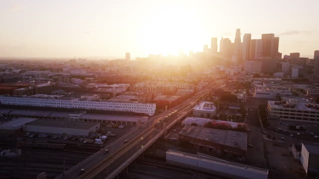 light rail trains in los angeles at dusk - aerial shot - 固定された点の映像素材/bロール