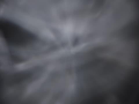 vídeos de stock, filmes e b-roll de light rays moving on black background - linha ondulada