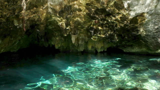 vídeos de stock, filmes e b-roll de light reflections and water in grand cenote, quintana roo, mexico - quintana roo