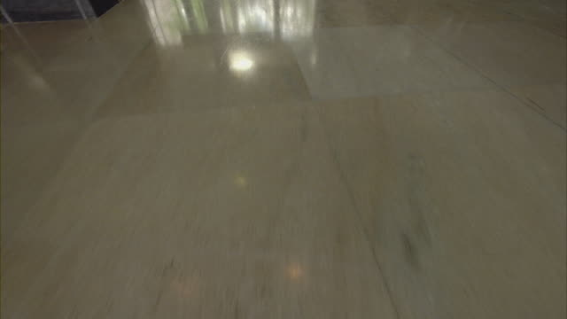 stockvideo's en b-roll-footage met light reflects of the lobby floor of cia headquarters. - spion
