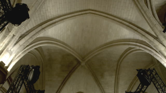 vídeos de stock e filmes b-roll de light rigging in cathedral, tracking shot from below(no audio) - cathedral
