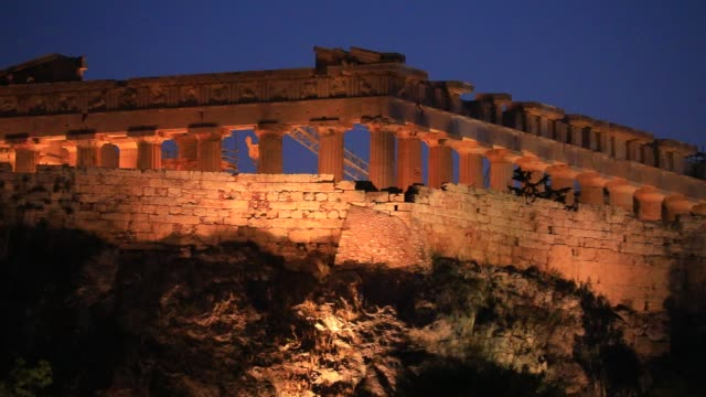 stockvideo's en b-roll-footage met light shines on the parthenon temple as seen from a rooftop at dusk on august 23, 2020 in athens. during the coronavirus pandemic, greece is... - parthenon athene