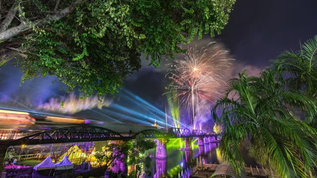 クワイ川に架かるワール・ワーii歴史橋のライトショー、カンチャナブリ県、タイ、タイムラプスビデオ - 産業革命点の映像素材/bロール