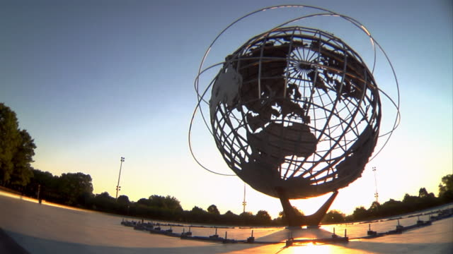stockvideo's en b-roll-footage met light silhouettes a globe sculpture in a park. - queens stad new york