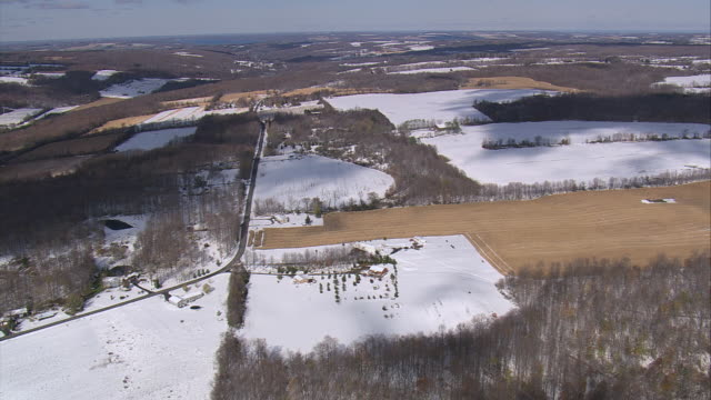 vídeos y material grabado en eventos de stock de aerial a light snow covering farmland and woods / new york, united states - formato buzón
