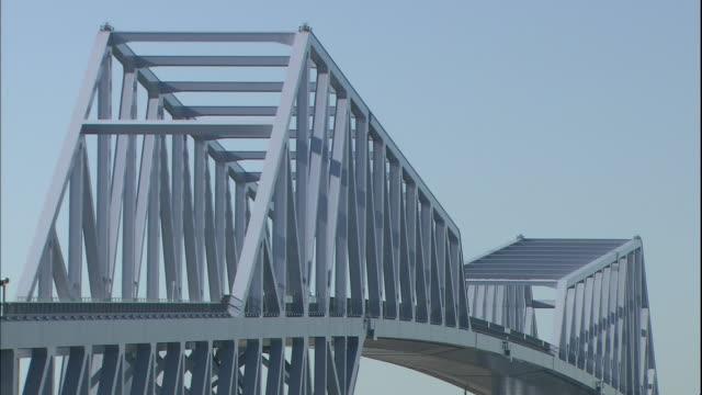 light standards and monitors are positioned beside the pedestrian walkway on the tokyo gate bridge. - kantilever bildbanksvideor och videomaterial från bakom kulisserna