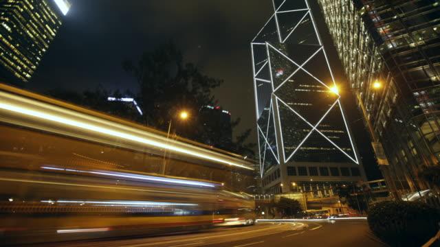 vídeos de stock, filmes e b-roll de ws tl light streaks from speeding traffic in hong kong cbd - veículo terrestre comercial