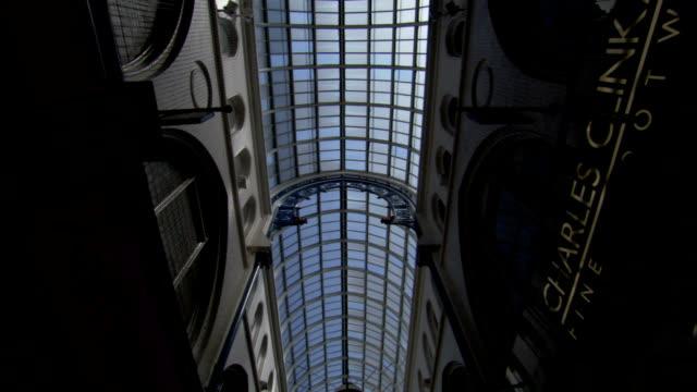 vídeos de stock e filmes b-roll de light streams through the skylight of thornton's arcade. available in hd. - claraboia