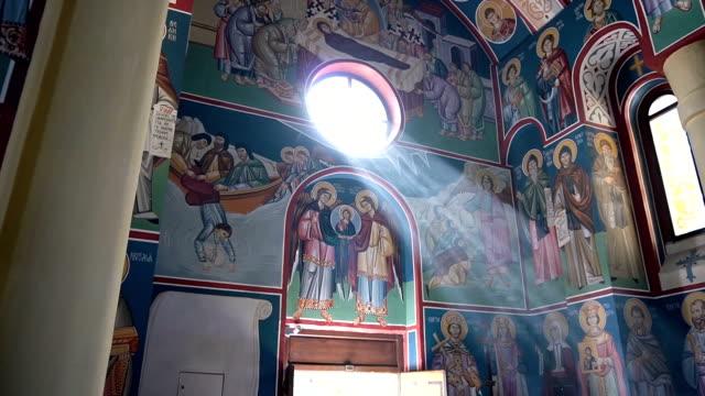 licht durch die klosterfenster - kirche stock-videos und b-roll-filmmaterial