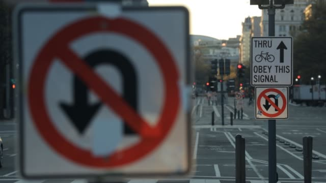 vidéos et rushes de light traffic goes by on pennsylvania avenue during the coronavirus pandemic on april 2 2020 in washington dc the district of columbia has joined... - maryland état