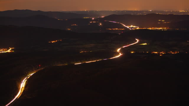 t/l light trail on the highway - fanale anteriore video stock e b–roll