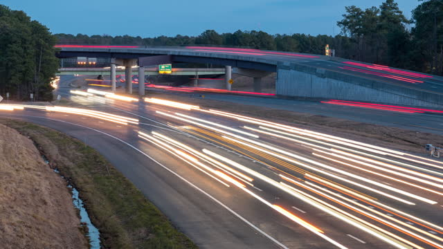 vídeos de stock e filmes b-roll de light trails of cars on the highway - time lapse de trânsito