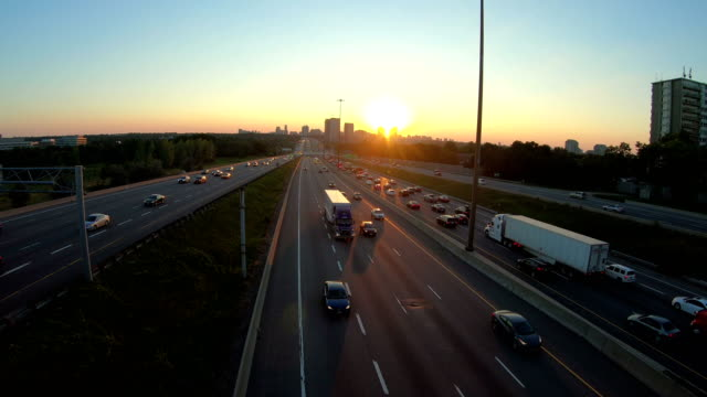 stockvideo's en b-roll-footage met licht routes op een snelweg in de schemering - tweebaansweg