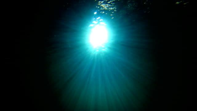 vídeos de stock, filmes e b-roll de luz sob água - profundo