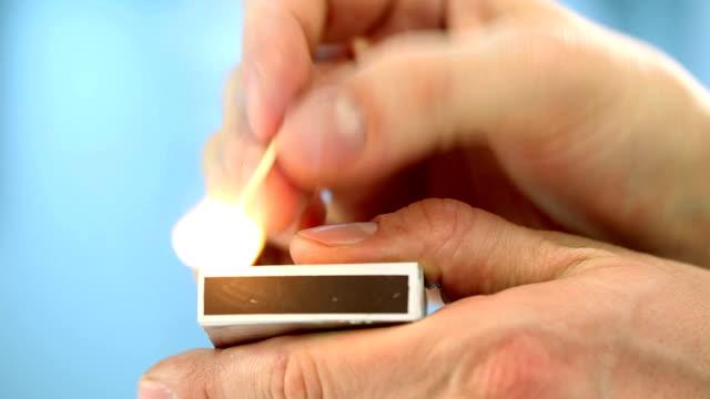 vídeos de stock e filmes b-roll de incendeia o jogo - caixa de fósforos