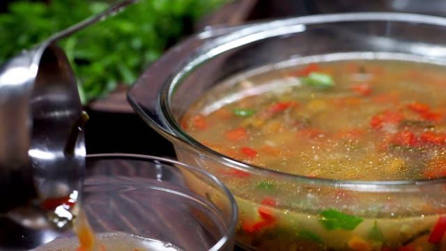 vidéos et rushes de soupe légère de légumes avec le bouillon de poisson - bol à soupe