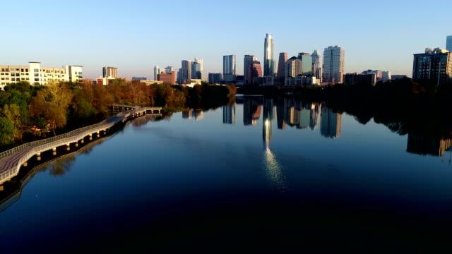 vídeos de stock e filmes b-roll de light waves reflecting off lady bird lake amazing sunrise austin texas mirrored perfection - town