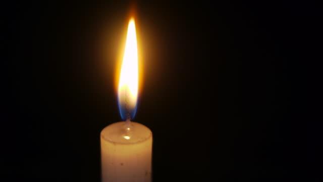 夜には、照明付きのキャンドル - candlelight点の映像素材/bロール