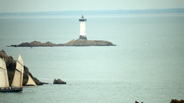 Leuchtturm und Segeln Schiff