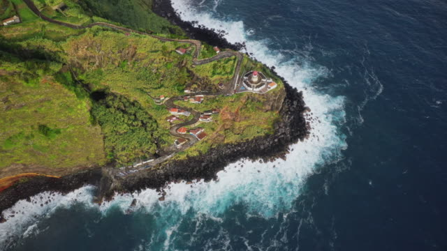 vídeos de stock, filmes e b-roll de lighthouse arnel at sao miguel island, azores - ilhas do oceano atlântico