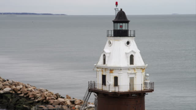lighthouse at end of jetty in lighthouse point park, new haven, connecticut. shot in november 2011. - region new england stock-videos und b-roll-filmmaterial