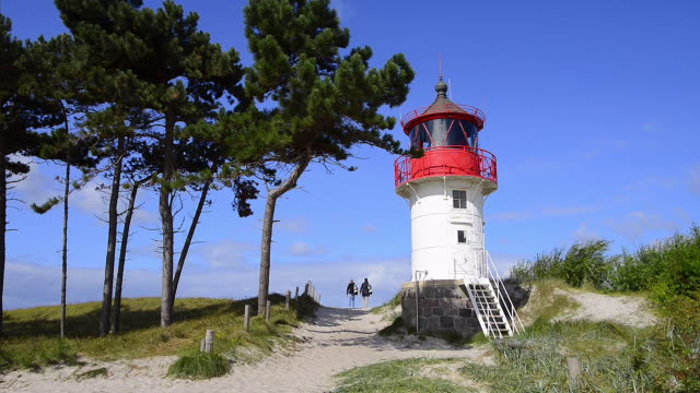lighthouse at gellen, in the south of the hiddensee island. - leuchtturm stock-videos und b-roll-filmmaterial