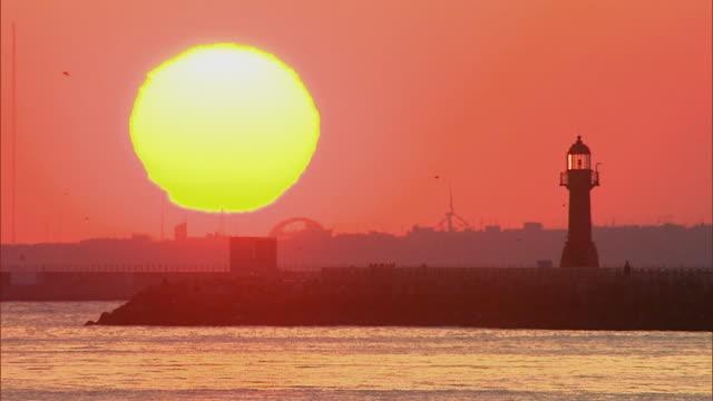 vídeos y material grabado en eventos de stock de ws lighthouse by ocean at sunrise / gyeongsangnam-do, south korea - monocromo imagen virada