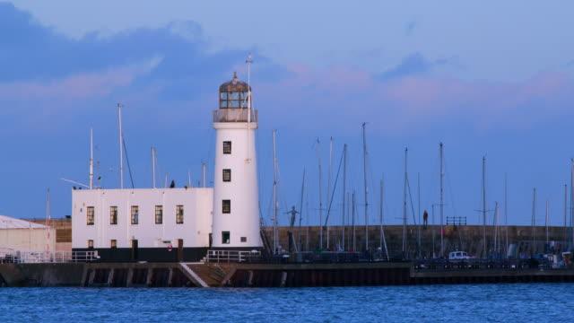 vídeos de stock, filmes e b-roll de lighthouse & harbour, scarborough, north yorkshire, england - scarborough norte de yorkshire
