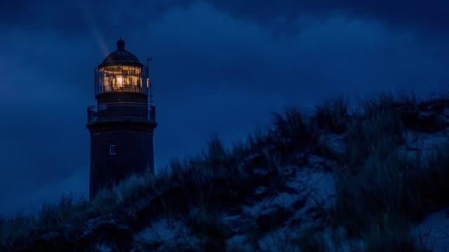 vidéos et rushes de phare allumé au crépuscule près de la plage - lighthouse