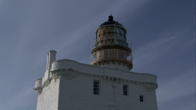 a lighthouse near the village of crovie scotland. available in hd. - クロヴィー点の映像素材/bロール