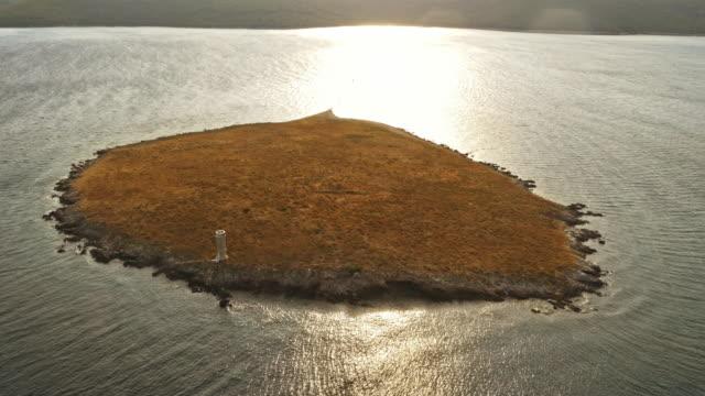 日の出の小さな島に航空灯台 - ツレス点の映像素材/bロール