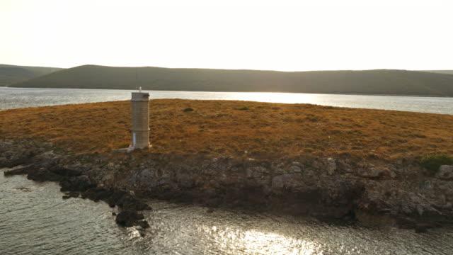 小さな島に航空灯台 - ツレス点の映像素材/bロール