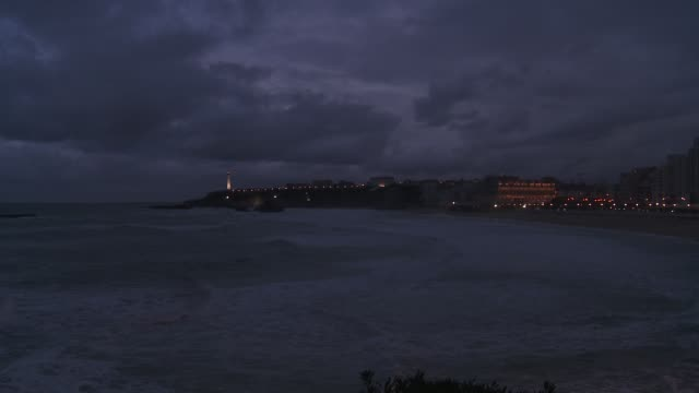 vídeos y material grabado en eventos de stock de a lighthouse shines on the edge of a peninsula. - península