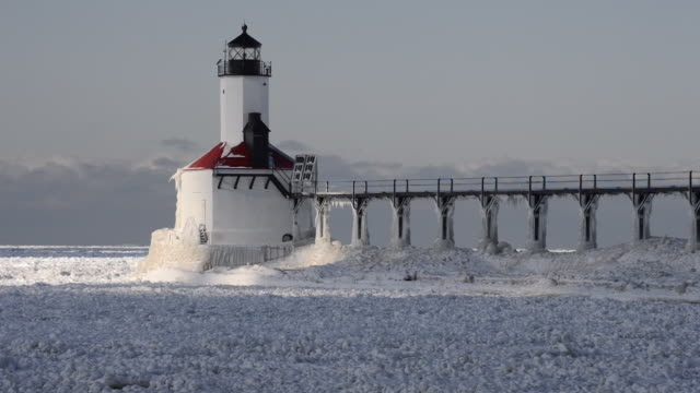 lighthouse - lago michigan video stock e b–roll