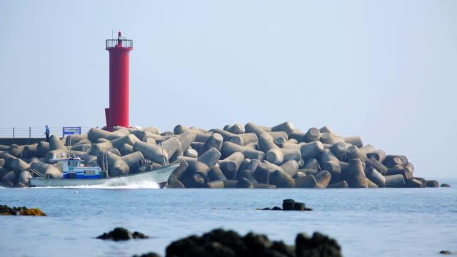 vídeos de stock, filmes e b-roll de lighthouse - quebra mar