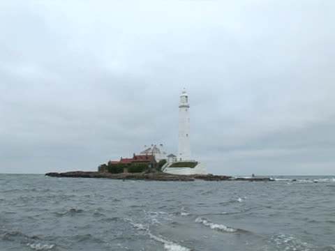 stockvideo's en b-roll-footage met lighthouse, waves breaking in foreground - whitley bay