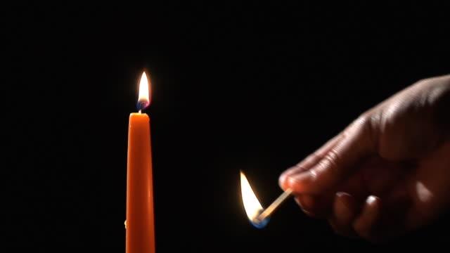 hd: illuminazione a candela - solo un uomo video stock e b–roll