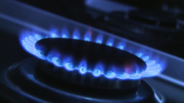 vidéos et rushes de lighting a gas flame on a gas cooker - gaz