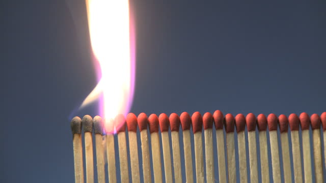 lighting a row of matches on fire - 可燃性点の映像素材/bロール