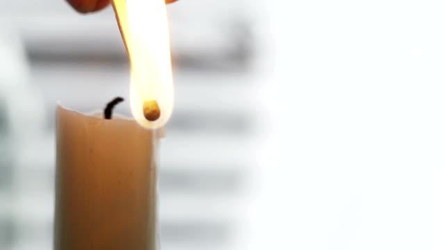 vídeos de stock e filmes b-roll de a iluminação de vela - caixa de fósforos