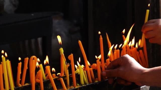 タイ仏教徒に関する照明キャンドル - 許し点の映像素材/bロール
