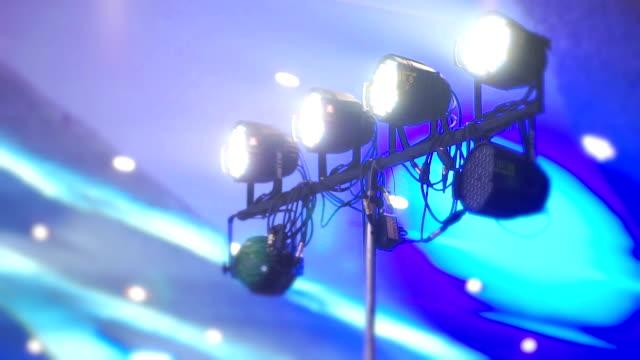 vidéos et rushes de matériel d'éclairage par led sur scène. - scène de théâtre