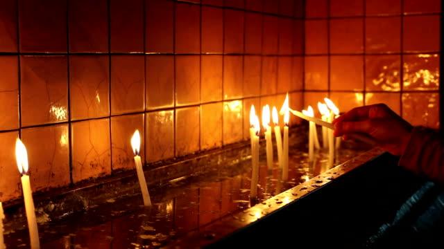 vídeos de stock, filmes e b-roll de luz de velas para religião novo - vela equipamento de iluminação