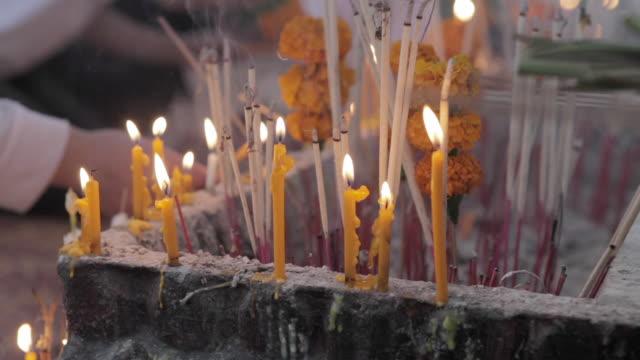 stockvideo's en b-roll-footage met cu lighting prayer candles / vientiane, laos - altaar