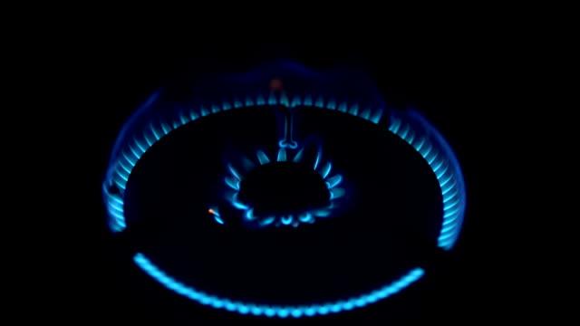 ストーブの照明。ストーブの燃焼ガス。シンジケートをオンにしをオフにします。 - ガスコンロ点の映像素材/bロール